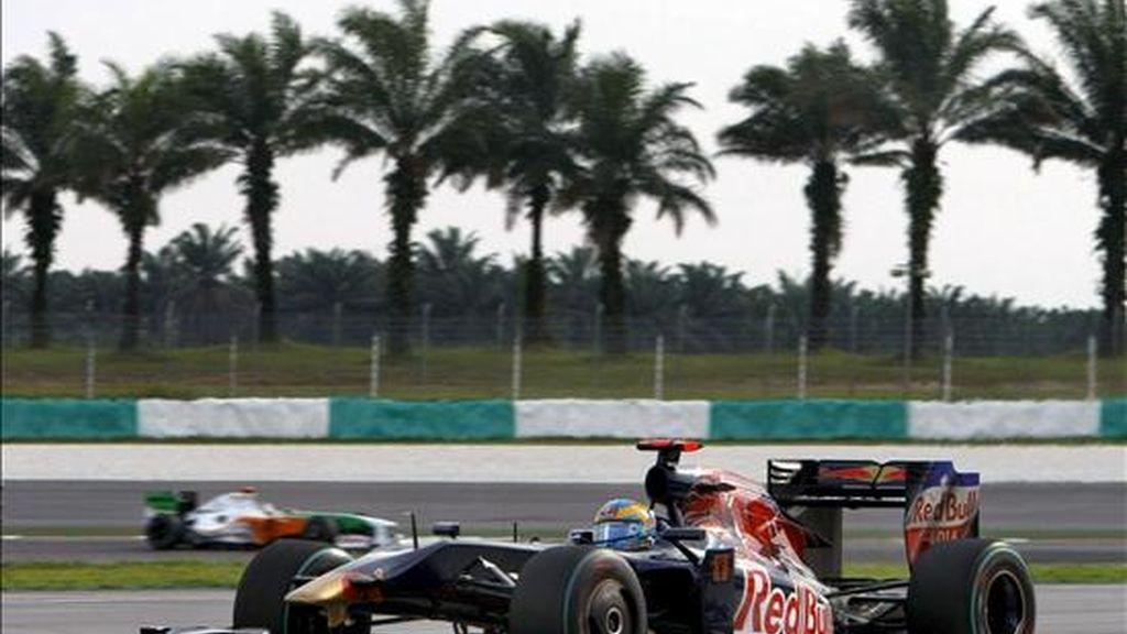 El piloto suizo de Fórmula 1 Sebastien Buemi de la escudería Toro Rosso conduce su monoplaza durante la sesión de clasificación en el circuito de Sepang, a las afueras de Kuala Lumpur, Malasia. El británico Jenson Button terminó en primera posición, por delante del italiano Jarno Trulli del equipo Toyota y del alemán Sebastian Vettel de Red Bull, que quedó tercero. El Gran Premio de Fórmula 1 de Malasia se disputará mañana domingo. EFE