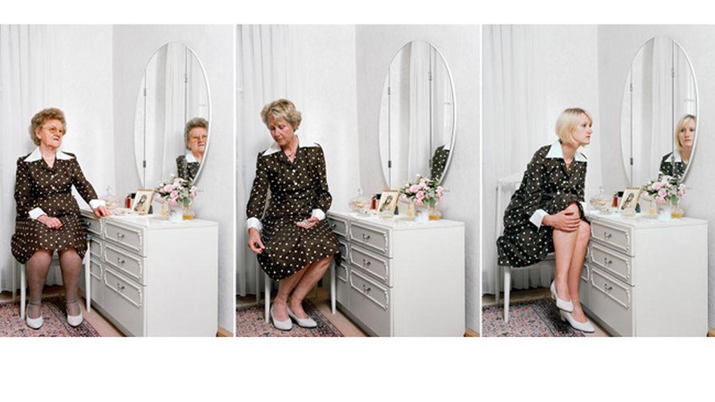 La fotógrafa alemana Nina Röder se fotografía con su madre y abuela