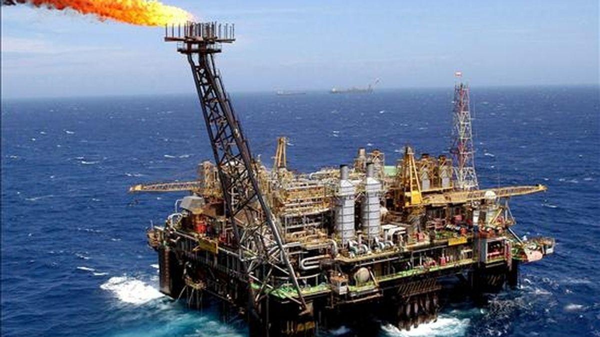 La plataforma petrolífera P-26 de la compañía Petrobras en Cuenca de Campos, frente a la costa de Río de Janeiro (Brasil). EFE/Archivo