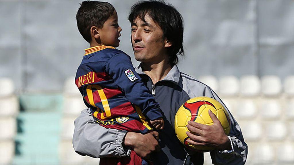 El niño sepuso la camiseta del '10' en un campo en Kabul