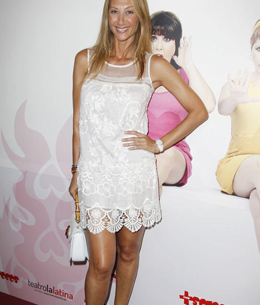Mónica Pont, vestida de blanco y zapatos marrones