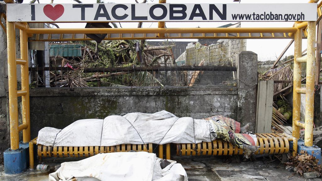 Los cadáveres se acumulan en las calles de Tacloban
