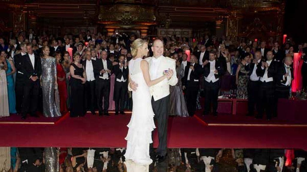 Los recién casados bailan el vals ante los invitados
