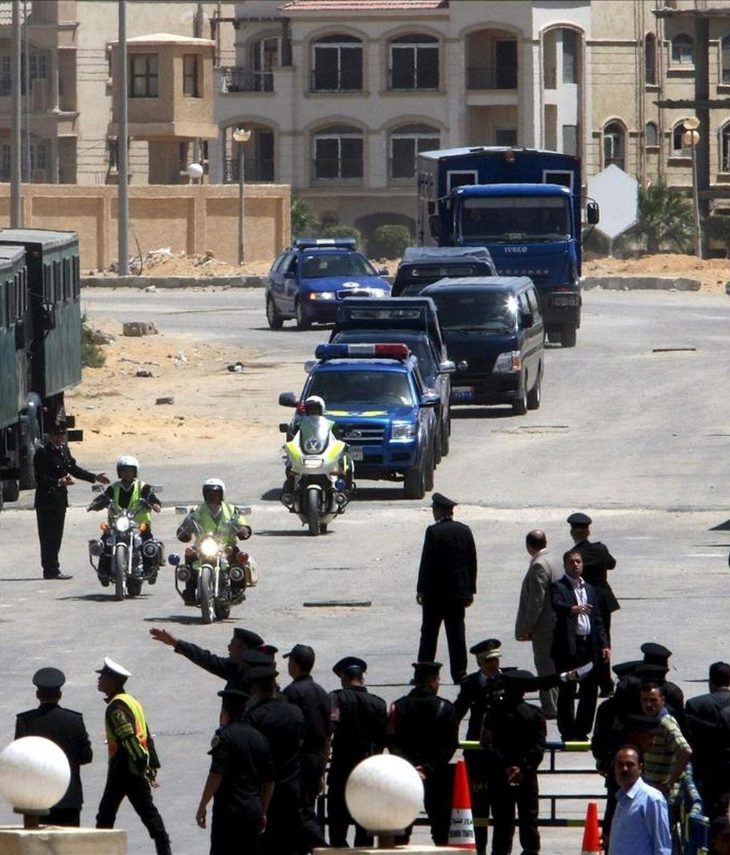 Al menos un cristiano murió hoy y otros cinco resultaron heridos por los supuestos disparos de un policía en un tren que viajaba desde Assiut, en el sur de Egipto, a El Cairo, informó a Efe una fuente policial. En la imagen, un convoy de policía en Egipto. EFE/Archivo