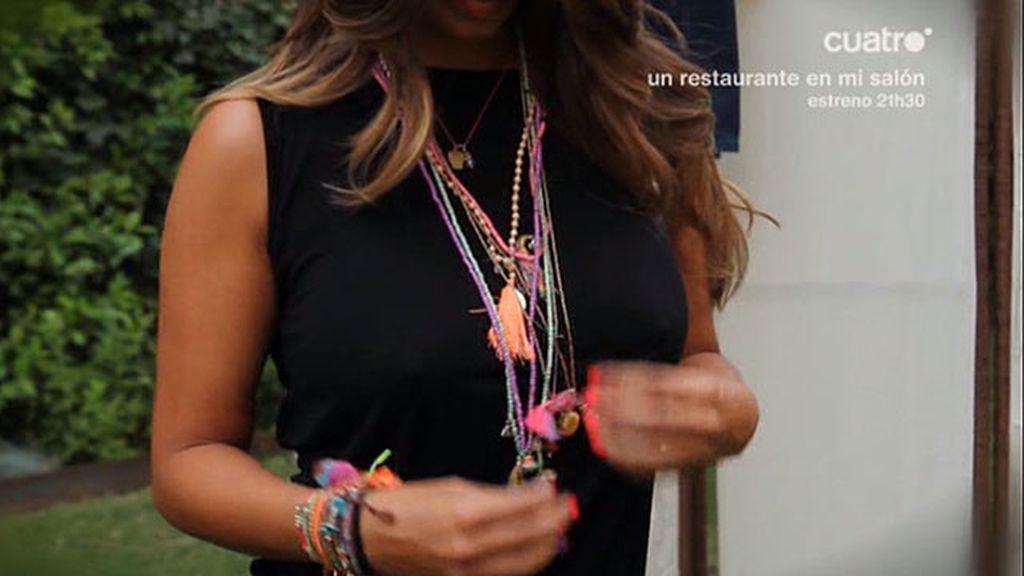 Vestido negro y complementos 'fluor' para las noches de fiesta