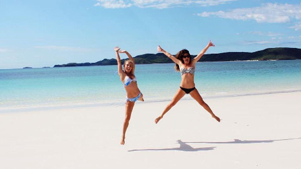 En compañía todo es mejor, Elsa Pataky disfruta de aguas cristalinas con una amiga