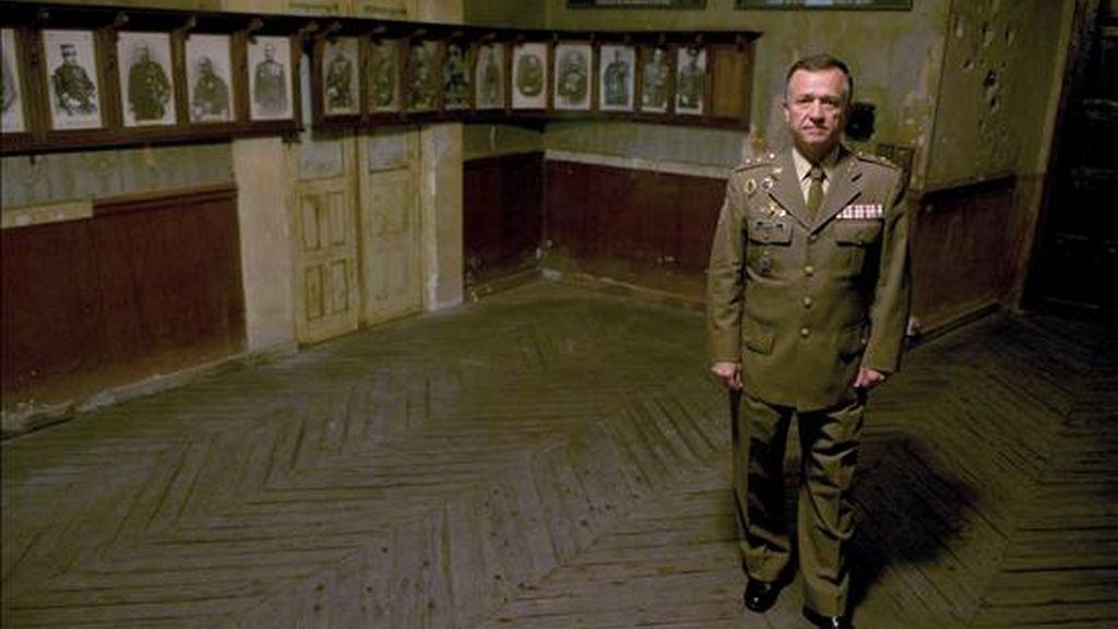 El general director del Museo del Ejército de Toledo, Antonio Izquierdo, muestra el despacho del general Moscardó, cabeza de las tropas nacionales durante el asedio de los republicanos al Alcázar al inicio de la Guerra Civil, que se ha convertido en uno de los principales atractivos del Museo inaugurado el pasado 19 de julio por el Príncipe Felipe de Borbón. EFE