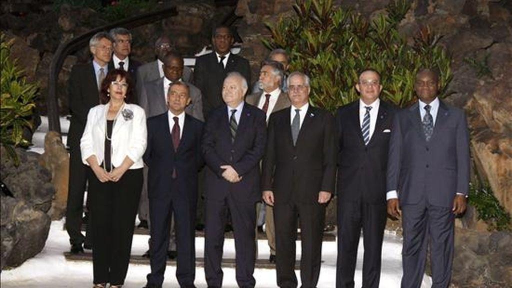 El ministro de Asuntos Exteriores, Miguel Ángel Moratinos (3i primera fila), junto a la presidenta del Cabildo Insular de Lanzarote, Manuela Armas; el presidente canario Paulino Rivero (2i); el ministro de Exteriores de Argentina, Jorge Taiana (3d), y al ministro de Exteriores portugués, Luis Amado (c, segunda fila), durante la foto de familia de la primera reunión de la iniciativa del Atlántico Sur. EFE