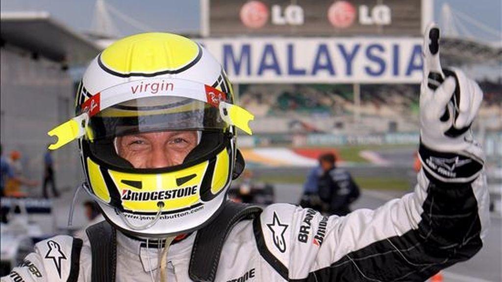 El piloto británico de Fórmula 1 Jenson Button, de Brawn GP, gesticula al término de la última sesión de entrenamientos libres, en el circuito de Sepang, a las afueras de Kuala Lumpur (Malasia). EFE