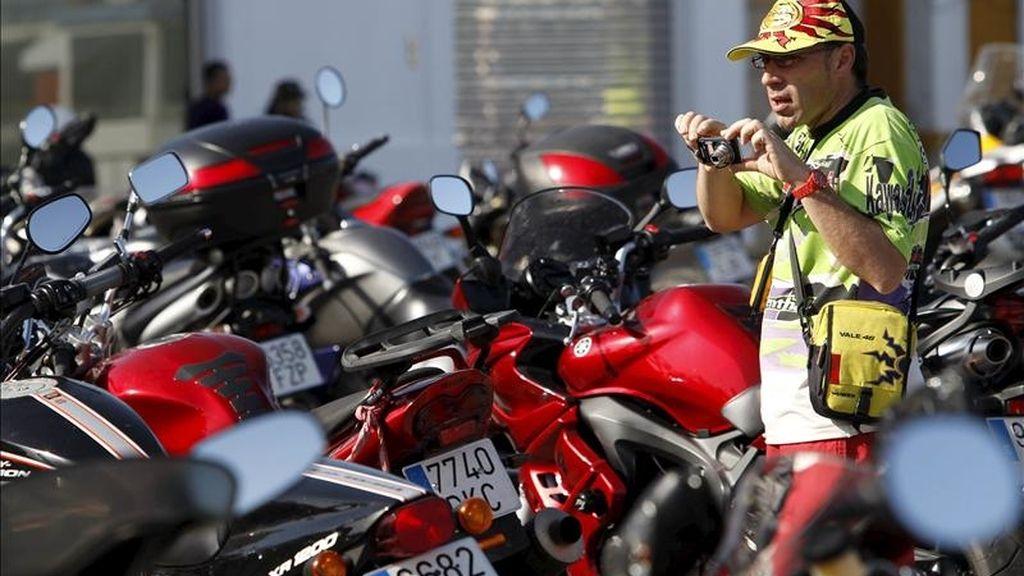 Un aficionado a las motos toma fotografías de las motocicletas aparcadas en las inmediaciones circuito de Jerez de la Frontera (Cádiz). EFE
