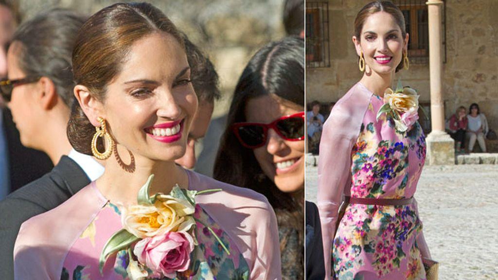 Eugenia Silva acudió con un floreado vestido rosa