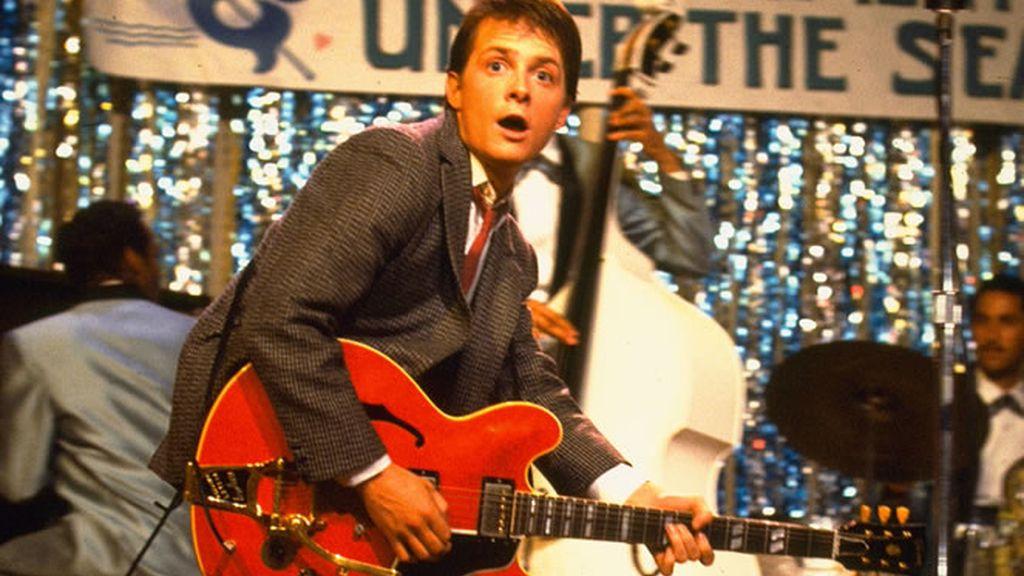 Marty McFly tocando la guitarra en regreso al futuro