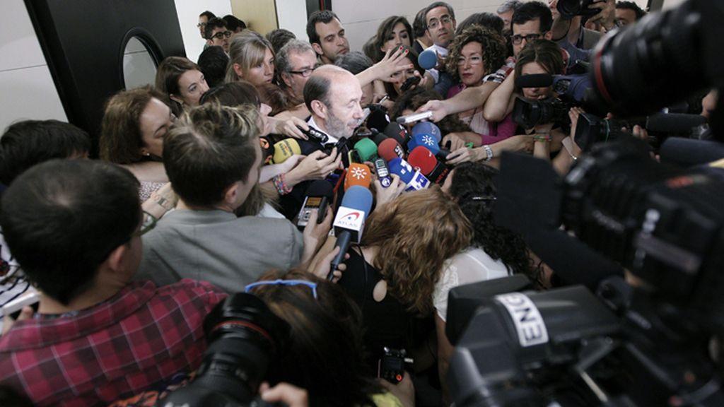 Rubalcaba responde a los medios de comunicación antes de reunirse con su grupo parlamentario