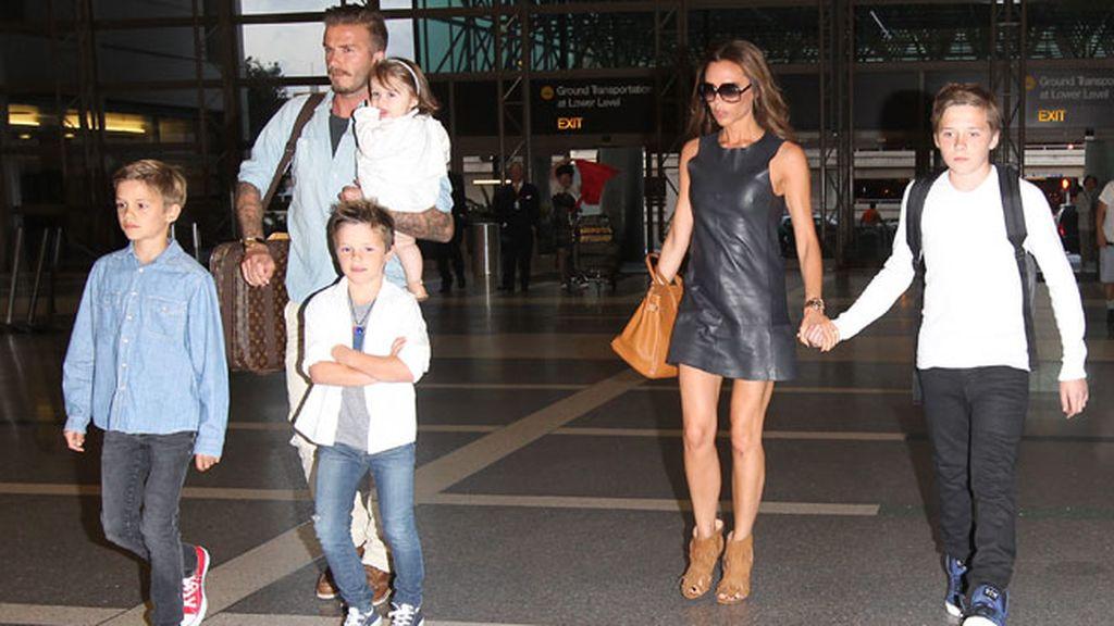 Los Beckham y sus cuatro hijos: Brooklyn, Romeo, Cruz y Harper