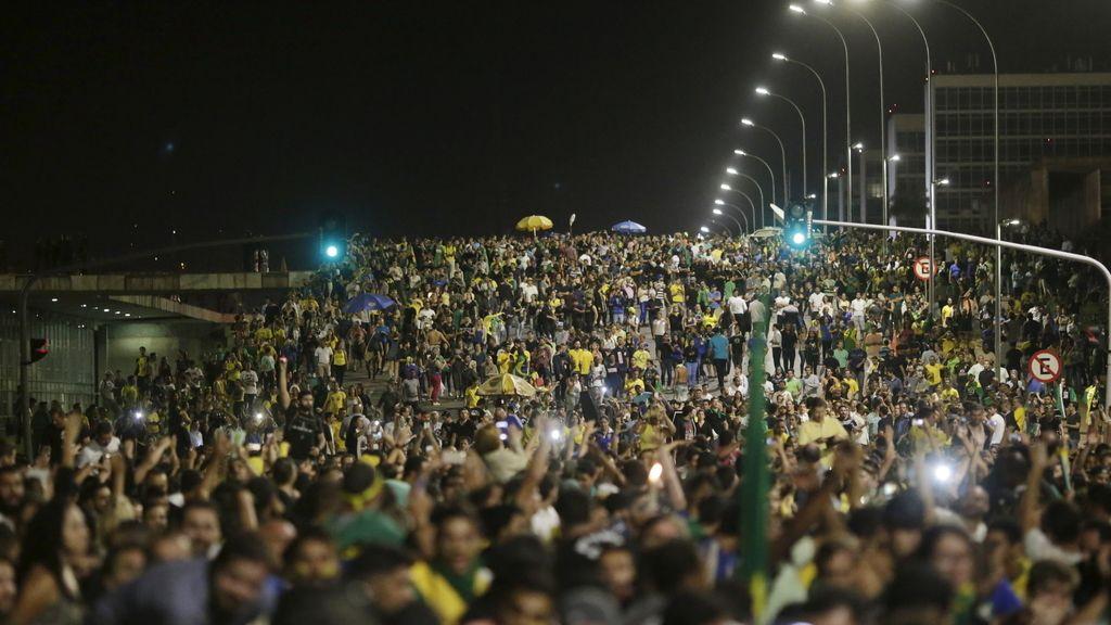 Los seguidores de Rousseff y Lula inundan las calles de Brasil