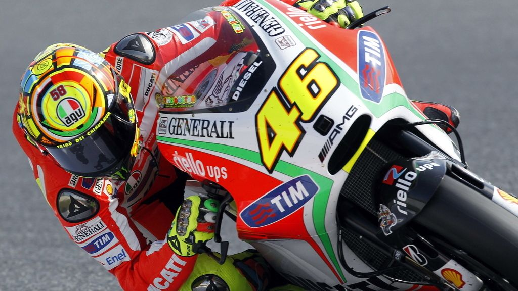 Valentino Rossi sale de una curva de Montmeló
