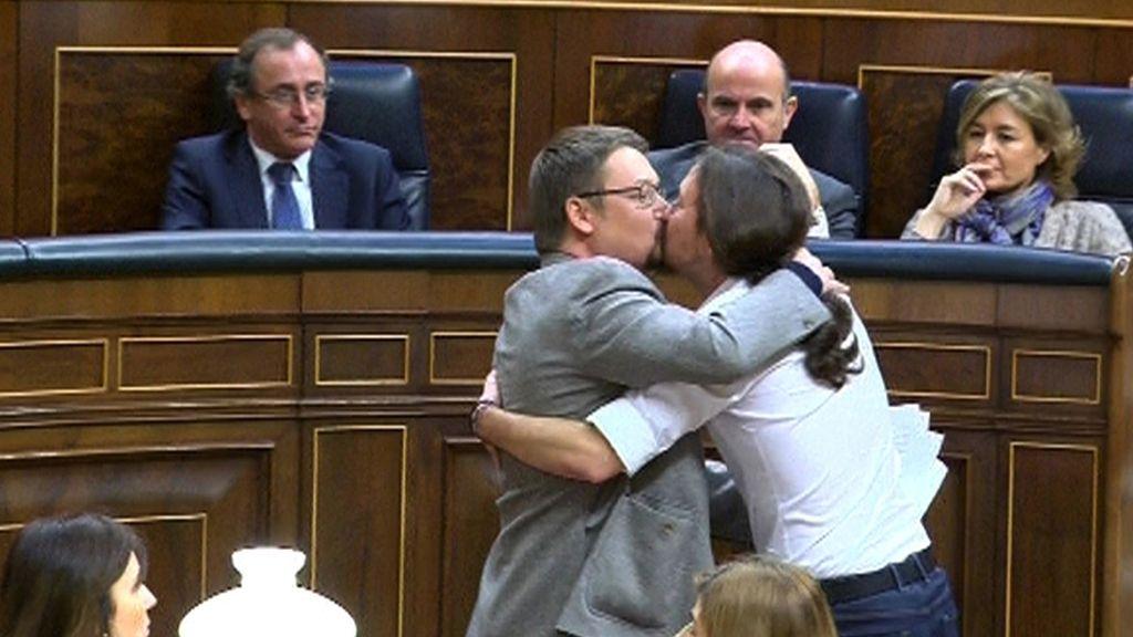 Pablo Iglesias celebra la intervención de Xavier Doménech con un beso en los labios