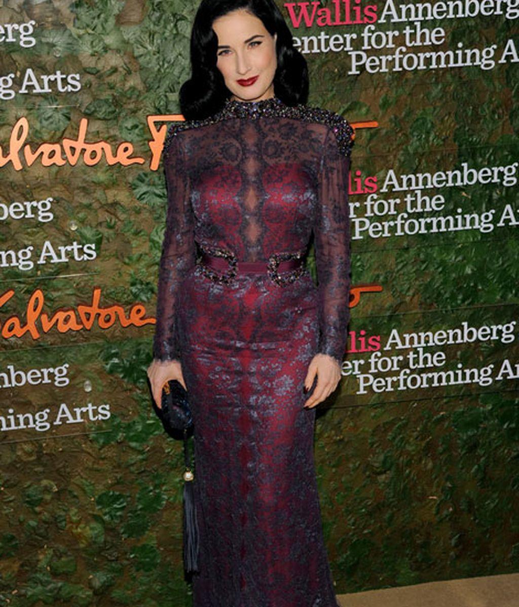 Dita Von Teese lució un vestido de Carolina Herrera