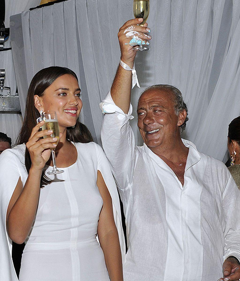 La modelo deslumbra con un vestido blanco de mangas abiertas