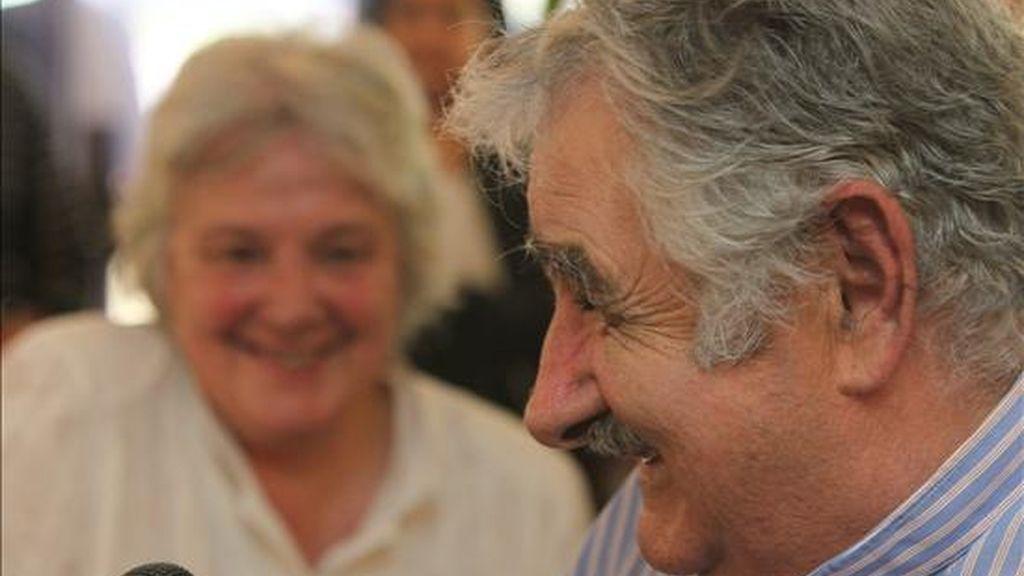 Lucía Topolansky (i), senadora y esposa del mandatario José Mujica (d), participan del acto en el cual Topolansky asume como la primera presidenta en la historia de Uruguay, debido a la partida de Mujica a España y ante la ausencia del vicepresidente de la República, Danilo Astori. EFE