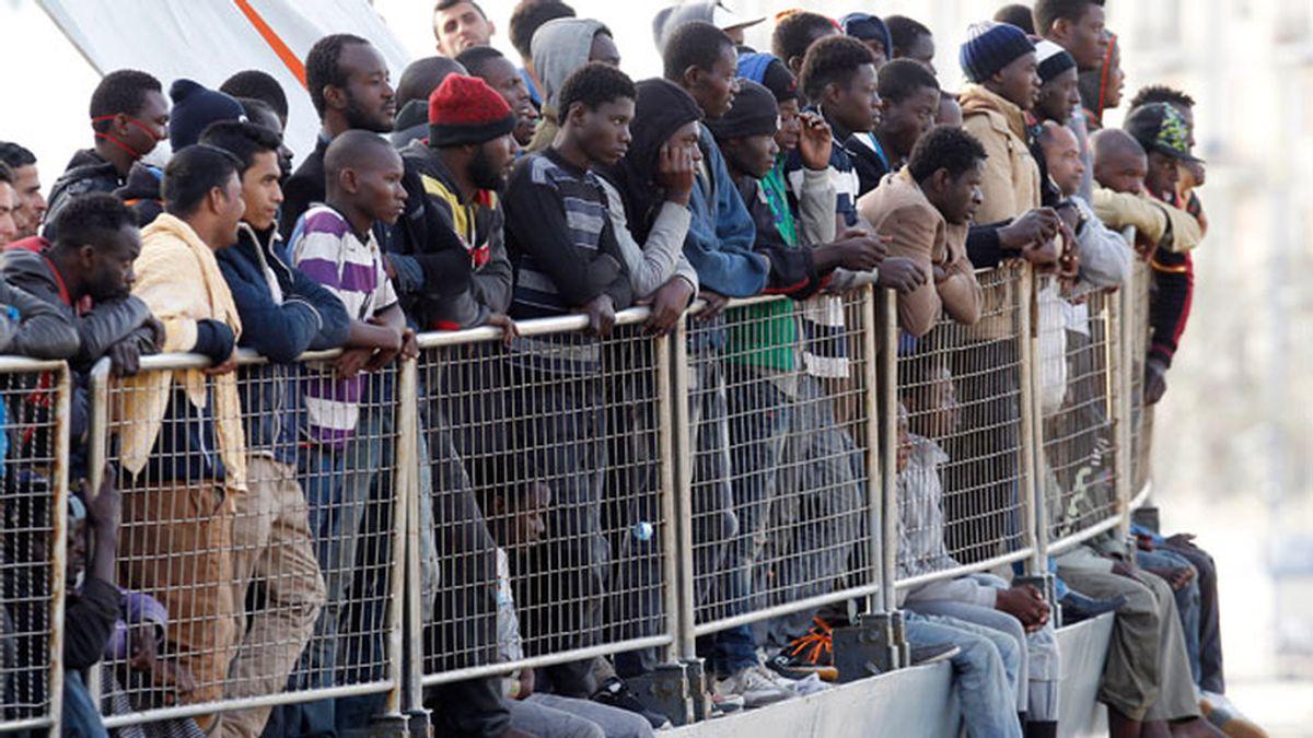 Inmigrantes llegan a Messina tras ser rescatados en el mediterráneo