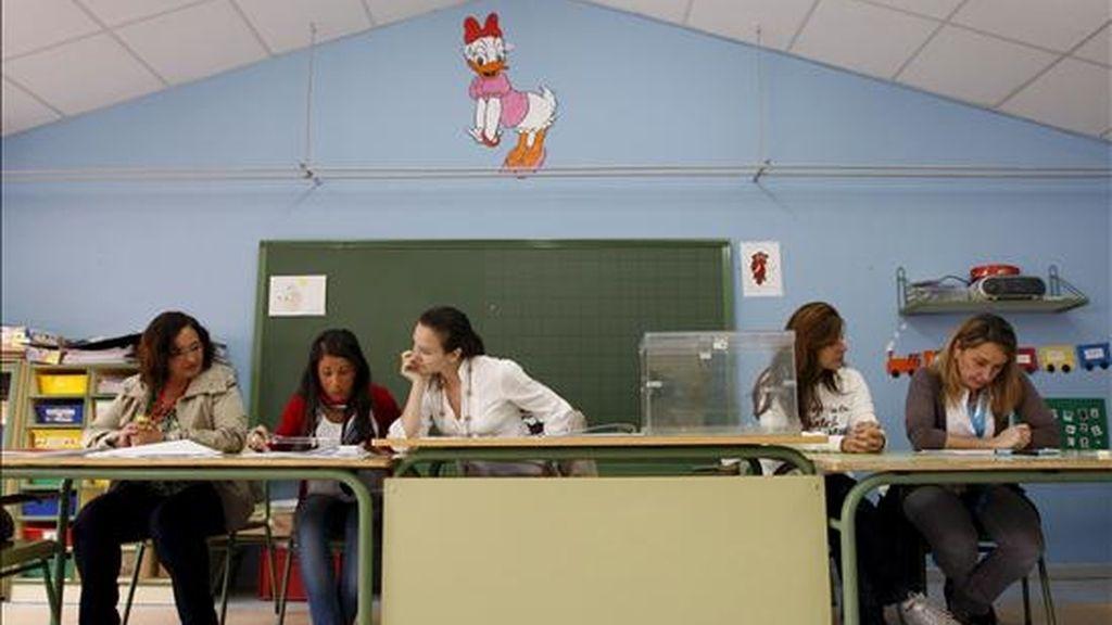Las integrantes de una mesa electoral del colegio José Bergamín de Boadilla del Monte (Madrid). EFE