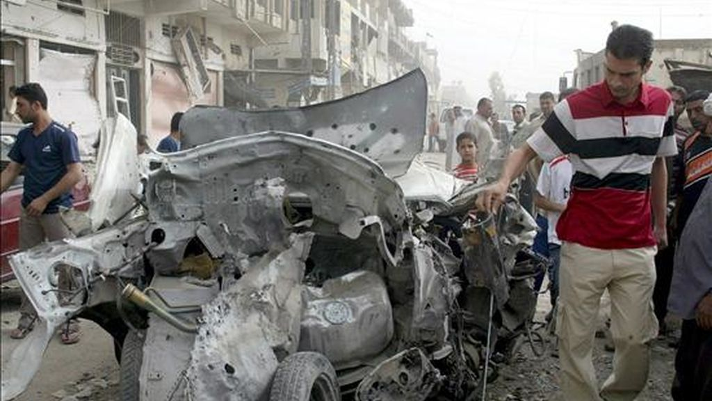 Iraquíes comprueban los daños en un vehículo tras los enfrentamientos entre soldados estadounidenses y milicianos iraquíes en Sadr City, Bagdad, el 28 de abril de 2008. EFE/Archivo