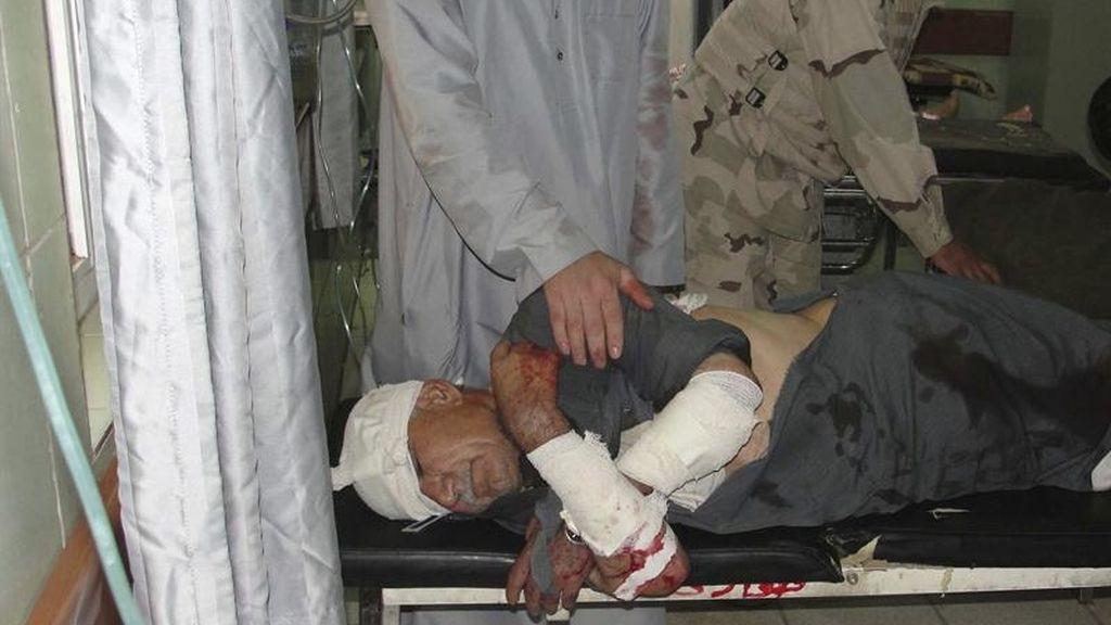 Un iraquí recibe asistencia médica en un hospital de Kirkuk, al norte de Irak. El país vive un repunte de la violencia con ataques dirigidos contra objetivos chiíes y fuerzas de seguridad