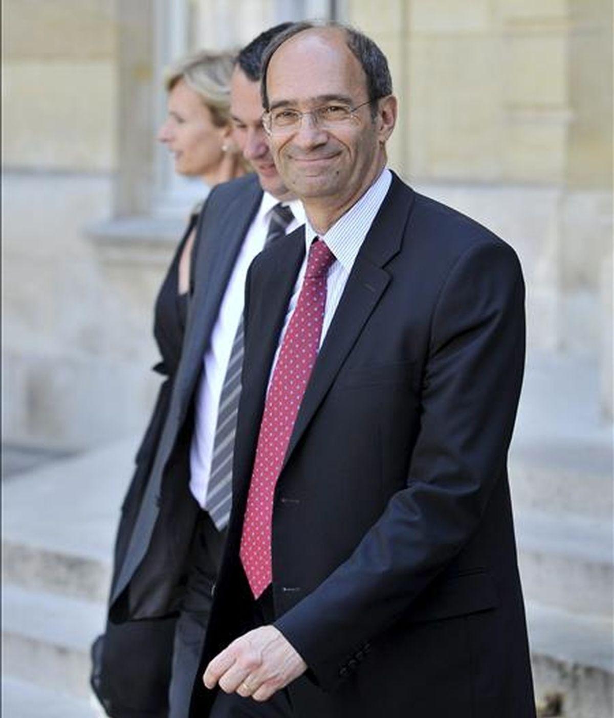 El ministro francés de Trabajo, Eric Woerth, (c), sale del Hôtel Matignon (sede del Gobierno) en París, (Francia). EFE/Archivo