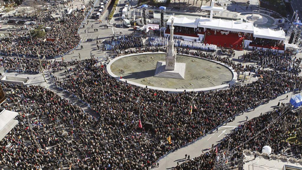 Decenas de miles de personas defienden en la Plaza de Colón la familia cristiana