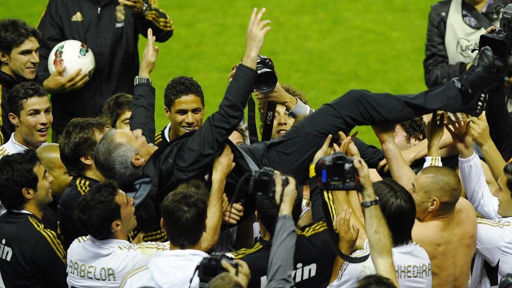 Mourinho manteado por sus jugadores
