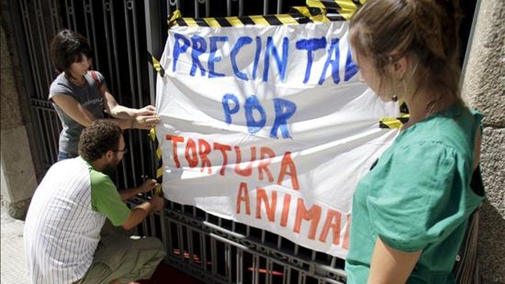 Integrantes de una coordinadora anticorridas de toros precintaron de forma simbólica la plaza de Pontevedra. EFE