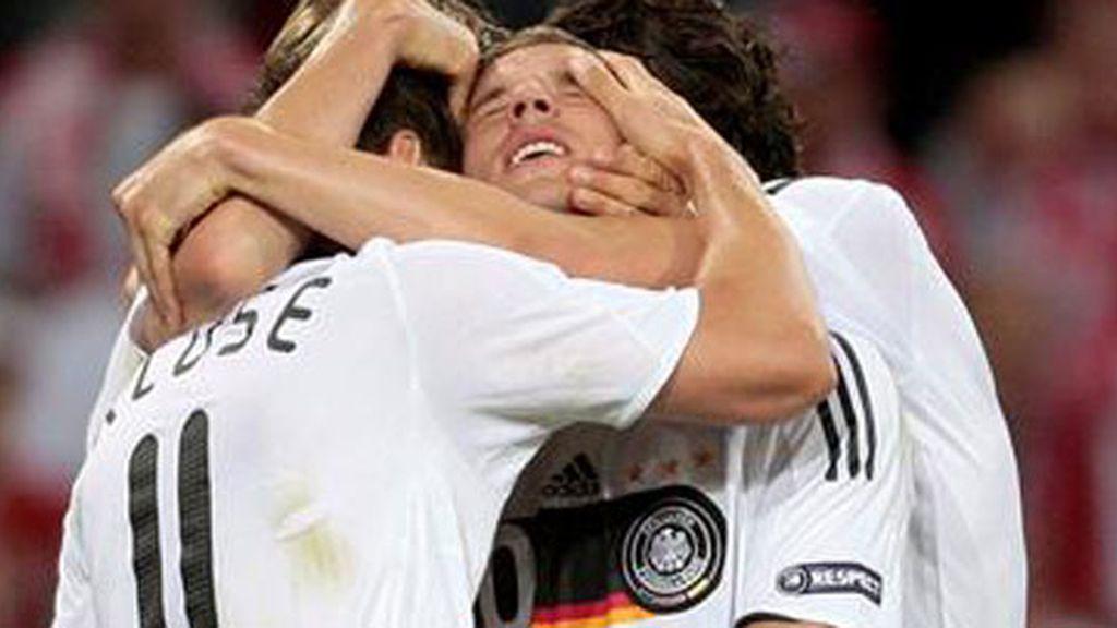 Podolski celebra el primer gol. Foto: EFE