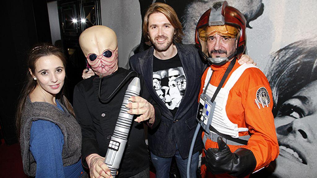 """Manuel Velasco rodeado de algunos de los famosos personajes de """"Star Wars"""""""