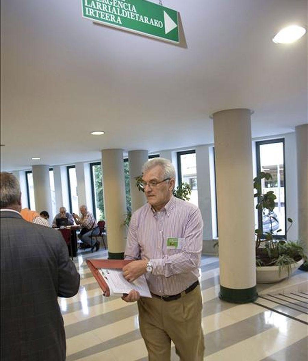El vicepresidente de Eusko Alkartasuna (EA), Koldo Amezketa, a su llegada esta mañana al Congreso extraordinario de este partido que realizan este fin de semana en Vitoria después de los malos resultados obtenidos en las elecciones autonómicas vascas del pasado 1 de marzo. EFE
