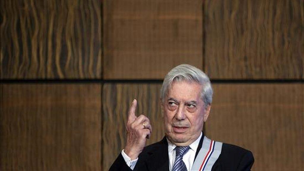 Otro que escogió las cálidas playas dominicanas para descansar fue el Premio Nobel de Literatura 2010 Mario Vargas Llosa, quien llegó al país el pasado 28 de diciembre junto a su familia. EFE/Archivo