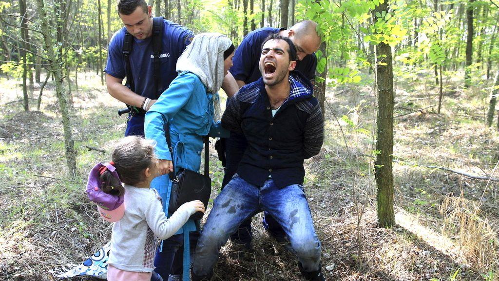 Policías húngaros arrestan a una familia siria tras entrar en el país