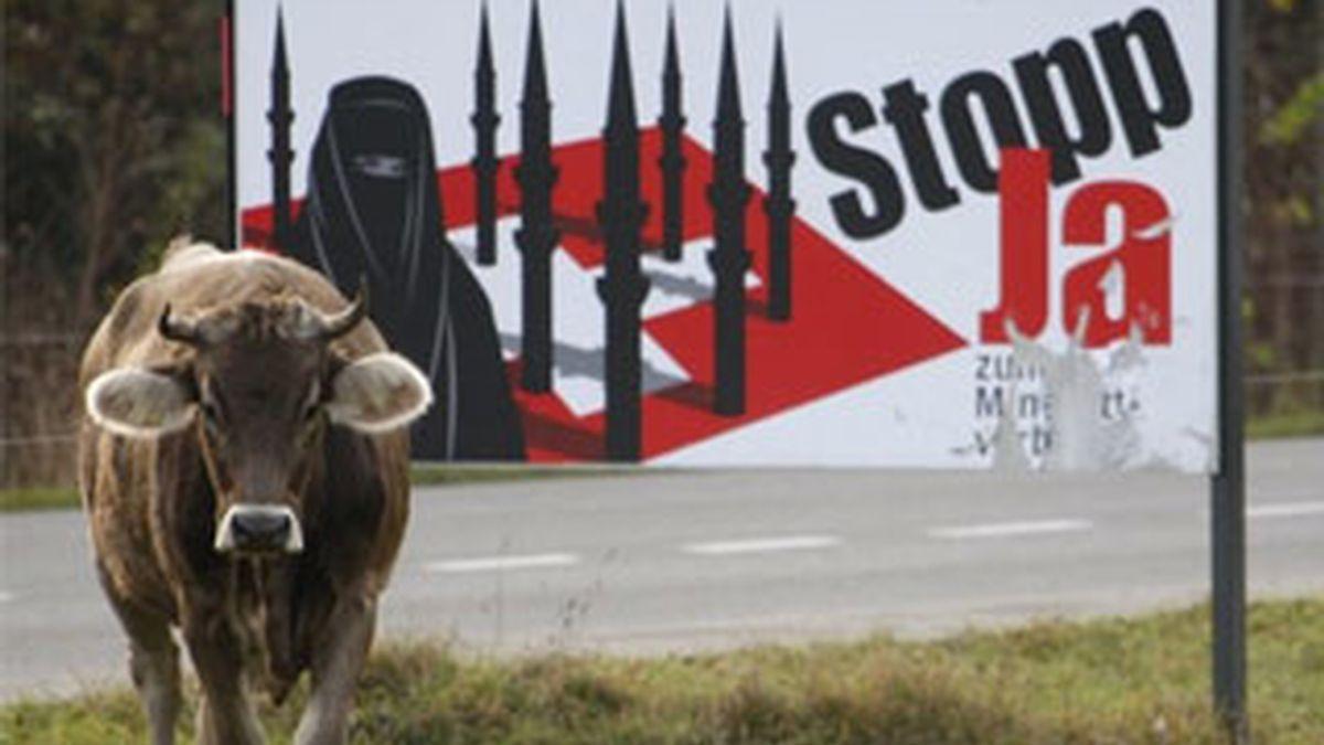 Imagen de un cartel de la campaña contra los minaretes en Suiza. Foto: REUTERS