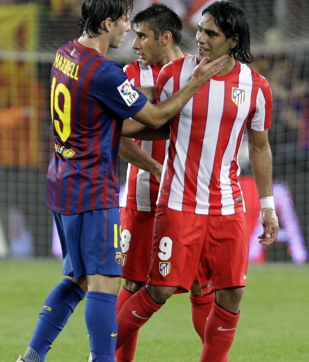 El jugador del Barcelona Maxwell con el jugador del Atlético de Madrid Falçao