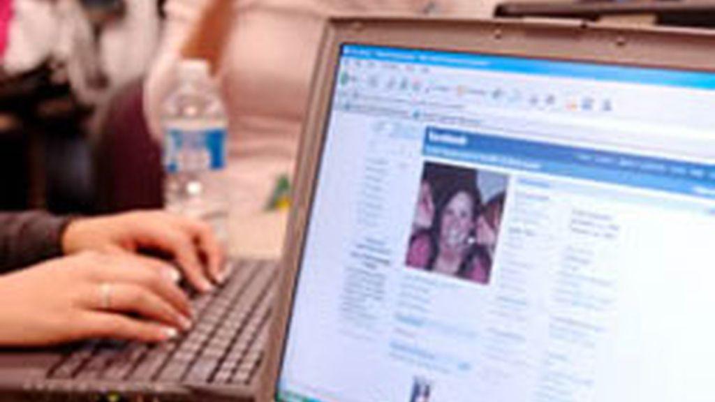 Facebook es la red social que más minutos suma en el consumo de Internet entre los usuarios de Estados Unidos. Foto: Archivo/AP.