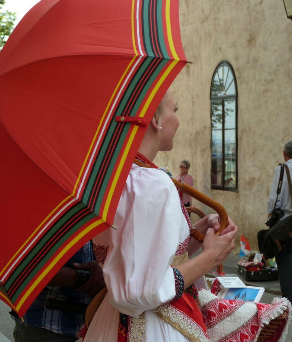 zagreb. chica con paraguas