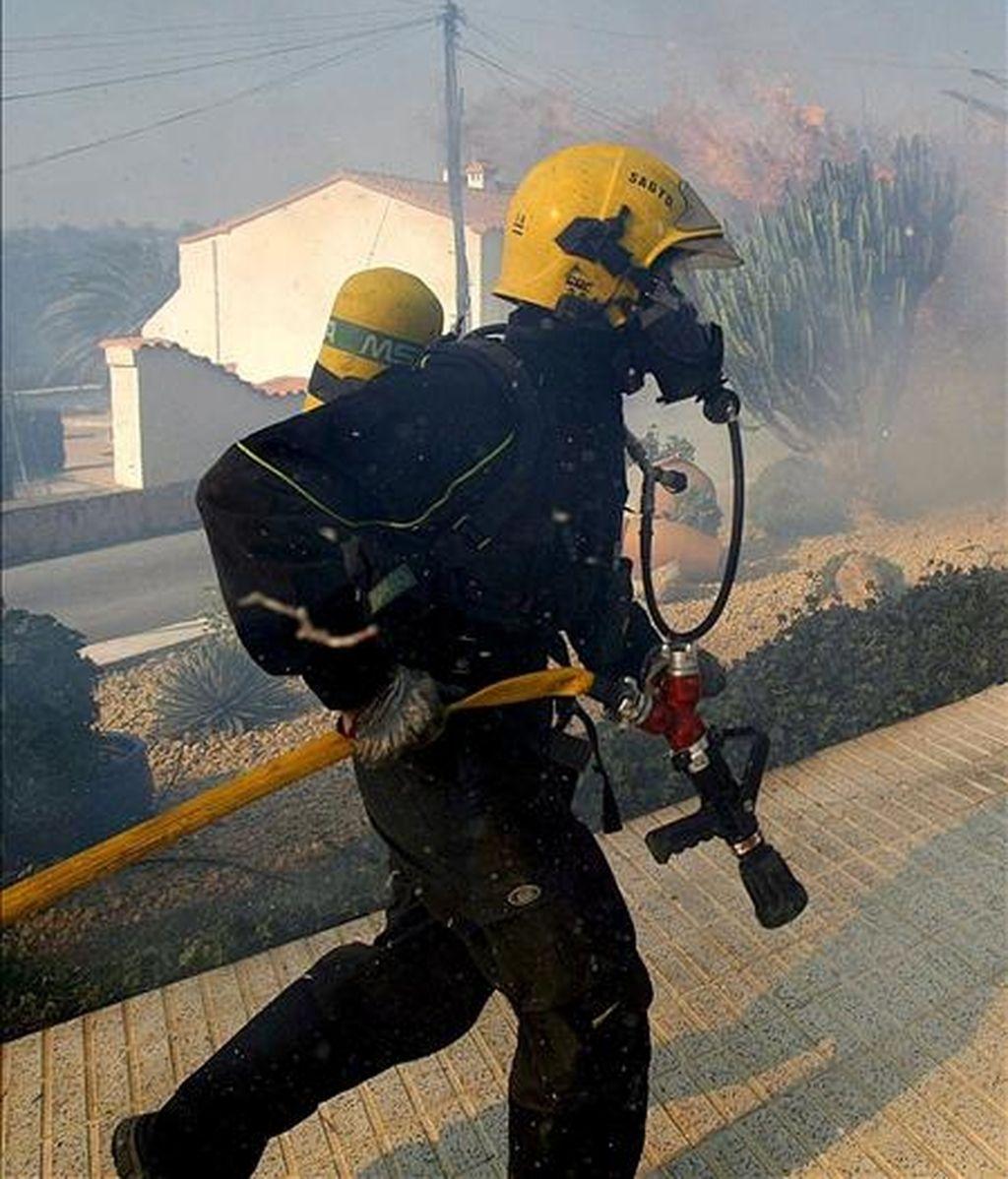 Un bombero trabaja en el incendio que se declaró el pasado 24 de enero en el municipio de La Nucia (Alicante). EFE/Archivo