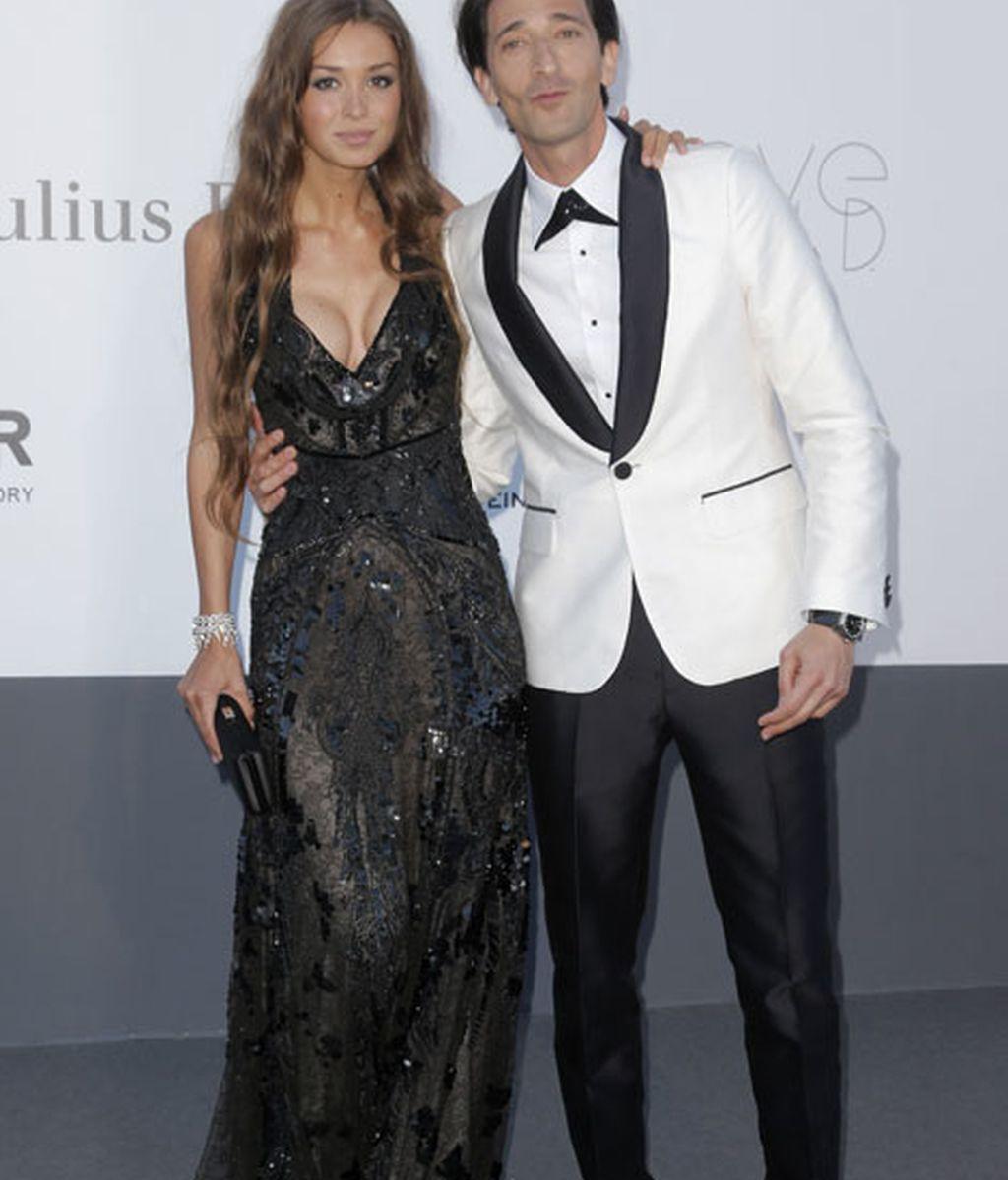 Adrien Brody acudió con su chica, Lara Lieto