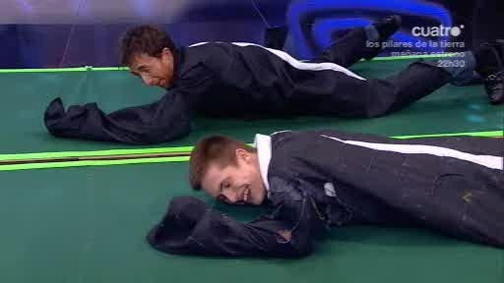 Pablo y Ricardo Gómez se desafía a una carrera reptando con trajes de velcro