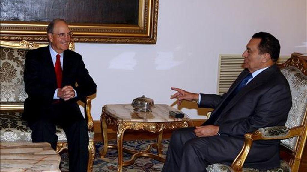 El enviado especial estadounidense para Oriente Medio, George Mitchell (i), conversa con el presidente egipcio, Hosni Mubarak, durante su reunión hoy en el palacio presidencial de El Cairo (Egipto). EFE