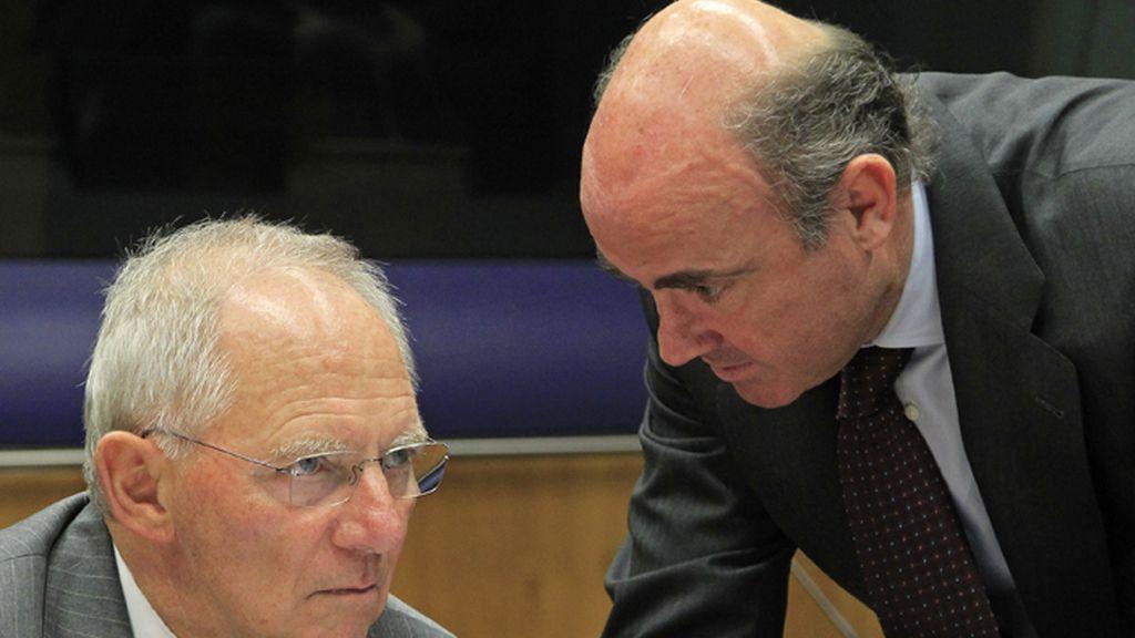 Wolfgang Schäuble y Luis de Guindos conversan durante la reunión del Eurogrupo en Luxemburgo