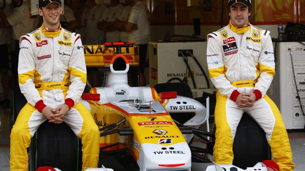 Fernando Alonso junto a Romain Grosjean