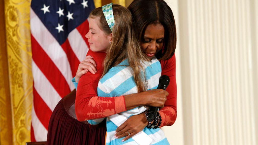 La hija de un parado le da el currículo de su padre a Michelle Obama