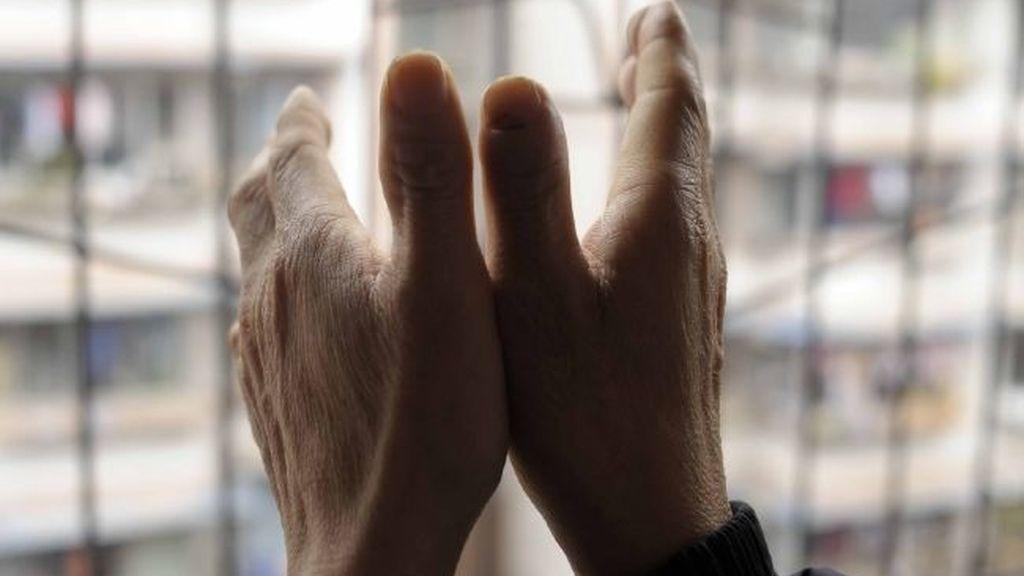 Sus dedos se encogen