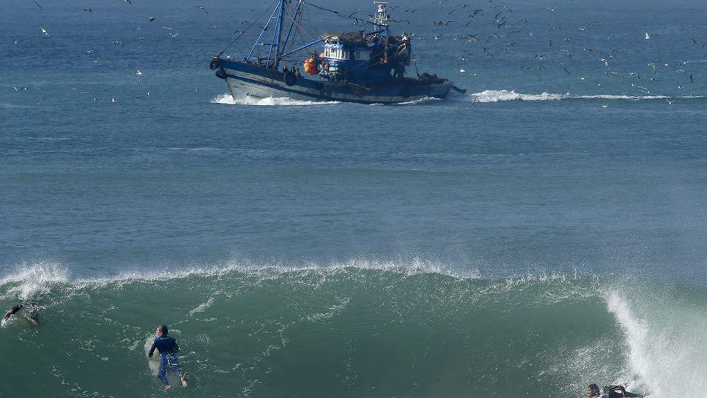 Marruecos, entre el oficio y la pasión: pescadores y surfistas comparten las olas (29/10/2015)